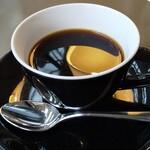 ラウンジアンドダイニング ジー - コーヒー オレンジが浮いているように見えるのは、ライトの反射