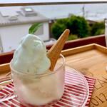 Fiore - 料理写真:塩ミルク、バラ、ピスタチオを勧められたんですが、バラ&ピスは苦手で申し訳なく思いつつココナッツをお願いしました。これがとても美味しかった。塩ミルクはほのかな塩気+ミントのようでした。