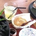 田園茶屋 いとわ - *たっぷりの「きなこ」と「黒蜜」添え。なぜか主人は「林檎ジュース」を選んでいましたけれど、合わないでしょ。(^0^;)