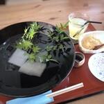 田園茶屋 いとわ - ◆冷やしわらび餅(660円)+林檎ジュース(220円)=880円。 このお値段ですのに、大きな器でたっぷり提供されて、ビックリ。