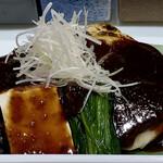 GINZA KUKI - 焼いた鯖にひかり味噌を使った、魚の出汁でのばしたタレをかけています。 2年間長期熟成した大寒仕込み味噌、色合いも茶色が濃いのですが味も見た目通りは濃厚さです。 甘じょっぱいこの味付けはご飯が進みます!