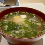 GINZA KUKI - 豆腐とわかめのお味噌汁もひかり味噌、しっかりとお出汁が効いて良い味わい。