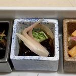 GINZA KUKI - 小鉢は牛しぐれ煮、牛すじも入れて炊き、昆布のつくだ煮も合わせています。  真ん中は酢の物、胡瓜と茗荷とキクラゲ。  甘酒とお味噌に漬けたきざみ野菜の麹付、紅芯大根に大根とにんじんが食感が良いです。
