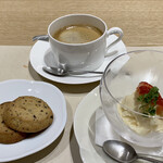 GINZA KUKI - 手前右:セットのデザートは白味噌と甘酒のアイスクリーム。  手前左:味噌と豆豉のクッキーお試し2枚 赤・白味噌 110円 下が赤味噌、上が白味噌のクッキーです。  奥:ホットコーヒー 330円