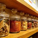 四川担々麺 赤い鯨 - 当店自慢のラー油に使われている薬味・スパイス