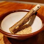 四川担々麺 赤い鯨 - 担々麺にはゴマがつきます