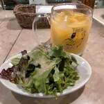 ピッツェリア テルツォ オケイ - サラダ、オレンジジュース