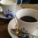 ミンガスコーヒー - カップとソーサーで花が咲くデザイン