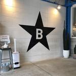 151282442 - 黒い星にBの文字!コレがぶたのほし!このマークのグッズ販売されており、売り上げは児童養護施設に寄付される。黒の帽子¥2,000が欲しい!カッコいい!