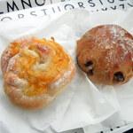 ブーランジェリー クク - 料理写真:いちじくのライ麦パン(250円)、マーマレードパン(200円)