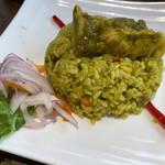 ペルー料理 ミラフローレス - グリーンハーブと黒ビールで炊き込んだチキンパエリア