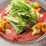 銀座豚本舗 - 漢方牛のタタキ 雲丹ソース