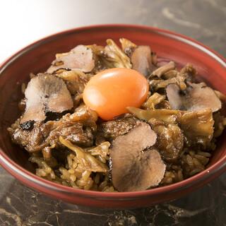 黒毛和牛の煮込みときのこをのせた卵かけご飯