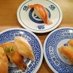 無添くら寿司 - 料理写真:上:ふくいサーモン一貫、左下:特大切り サーモンとろ三種盛り、右下:ゆず漬けサーモン