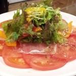 やきとり花串 - トマトと野菜のサラダのドレッシングは格別