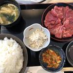 焼肉お食事処 山陽路 - カルビランチ肉、ご飯大盛り