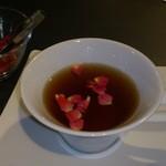 15138838 - 紅茶にミニバラを浮かべて