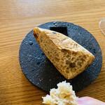 エル・バウ・デコラシオン - 自家製の焼きたてパン。素朴な味わい。