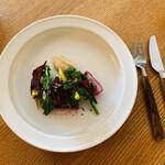 エル・バウ・デコラシオン - 赤いビーツがよく映える蛸と自家製のお野菜たち。