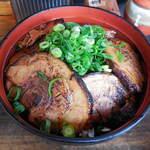 丼ぶり屋 幸丼 - 料理写真:...「幸丼バラ(750円)」+「大盛り(ごはん+焼豚1枚)(150円)」、要はチャーシューをガスバーナーで炙り焼きしたもの。。
