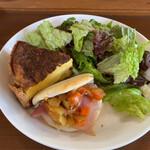 カフェトリコ - 料理写真:キッシュロレーヌとくちびるサンド 1,300円