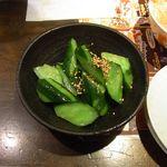 餃々 - きゅうりの漬物