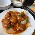広東名菜 翡翠軒 - 甘めなのでお酢をたっぷりとかけます