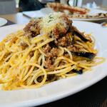 ラ・ヴォリエラ - 揚げ茄子のミートソーススパゲッティ