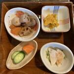 米寿 - ご飯のお膳の下には「根菜の煮物」、「お新香(ぬか漬け)」、「かぼちゃ煮物」、「鶏ムネ肉」