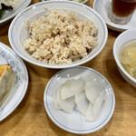 ぎょうざの満洲 - 玄米とお漬け物