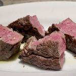 151449533 - 北海道産和牛ヒレ肉の炭火焼き                       炭火で焼いては休ませを繰り返し見事な鮮やかなピンク色、肉汁が赤く滲むこともなく火入れが素晴らしい。                       肉質はしっかり噛む楽しみがあり、旨味がじっくりと味わえます。
