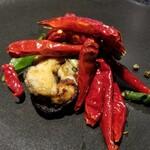 151455979 - ⑪揚げ牡蠣(岩手県三陸産)の唐辛子炒め、分葱と九条葱添え                       岩牡蠣でなく真牡蠣ですが立派な大きさ!                       シーズンオフですが、旨みタップリ♪                       真っ赤な唐辛子と炒めてピリ辛、スパイシー