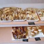 サルタセカンド - 棚に並ぶサンドイッチ類