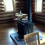 遊森歩 - 薪のストーブが置かれています、