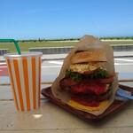 氾濫バーガー チムフガス - 料理写真:氾濫バーガーとウーロン茶