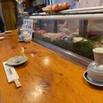 天史朗寿司 - 観光客が多いせいか回転は早いと思います。
