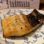 天史朗寿司 - クロシビカマス焼き 勧められて頂きましたが、これがめちゃ旨! 焼き上がりに酢をたっぷりかけることで酢と脂の融合が最高でした。皮目に大きな骨があるのが難点でもクセになる味わいが美味しかったです。