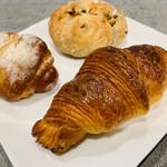 ル パン グリグリ - 料理写真:クロワッサン、ハーブ入りソーセージ、クルミとレーズン