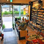 スイート・ママ - 1Fのお店入口。店内には本当に素敵で素晴らしい陶器が沢山あり、2Fは喫茶ルーム。段葛のツツジと桜の木が見えます。