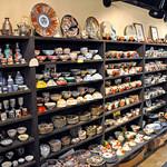 スイート・ママ - 1Fのお店に沢山並べられた素晴らしい陶器。奥へ細長い店内の真ん中付近。