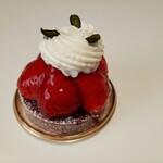 151530652 - タルトの上には甘酸っぱい国産苺が山盛りで、めっちゃジューシー♪こっくりミルキーなクリームが合う!タルトフレーズピスターシュ490円