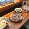 四季菜 益々 - 料理写真:カウンターの上にはランチ用の大皿料理が並んでます。