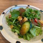 RESTAURANT ふぇありお - 料理写真:ランチセットはスープ・サラダ・デザート・コーヒーの中から2つ選べたんでサラダとデザートを選んでみました。   サラダは東峰村の新鮮な野菜を使い生姜のドレッシングをトッピングされたサラダです。