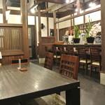 天道 - テーブル席とカウンター席