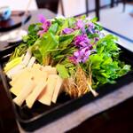 比良山荘 - 山盛りの山菜を月鍋に投入。クレソン、セリ、わらび、かたくり、うど。タケノコ、そして別皿にたっぷりの花山椒は撮り忘れ。