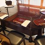 比良山荘 - 美しい塗りのテーブル。