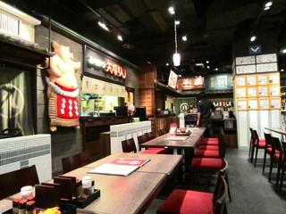 名古屋名物 名古屋丸八食堂 - 広々とした店内