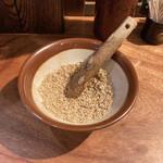 四川担々麺 赤い鯨 - 胡麻をお好みですり潰す。