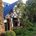 珈琲館 くすの樹 - 青い屋根が目印