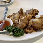 台湾料理故宮 - 炸豚味(ツァーツゥチャオ) 一度柔らかく煮込んでから、高温で揚げて皮がパリッとしてとても食べやすいです。 スイートチリソースを付けながらかぶりつきます! コラーゲンたっぷりでテゥルンテゥルンです♪